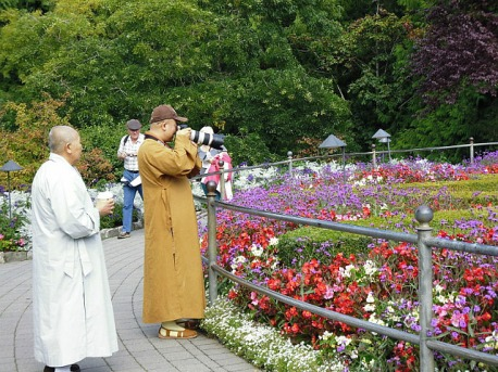 3-1379493462-monk-with-a-very-big-camera